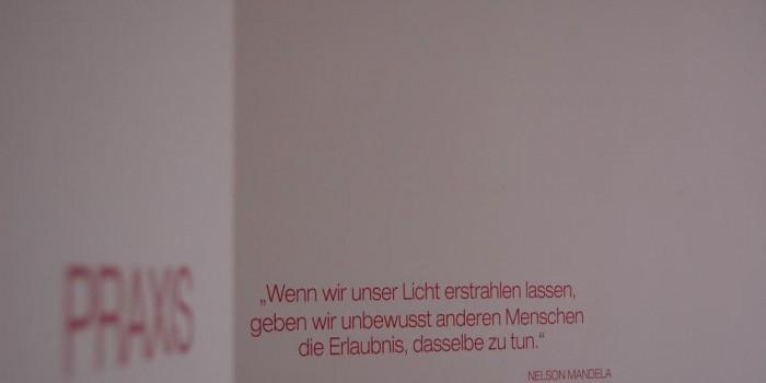 Praxistür mit Text – Impressionen – Praxis für Psychotherapie Freising, Nergiz Eschenbacher